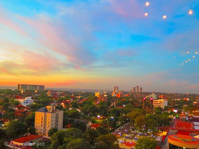 Un #atardecer de noviembre en #Paraguay (un espectáculo de vista lástima los reflejos que se colaron en la fotografia) #sunset #landscape #wallpaper (1)